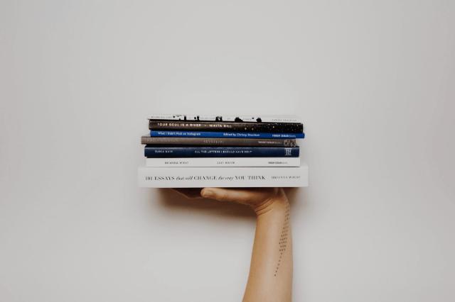 本を掲げている人