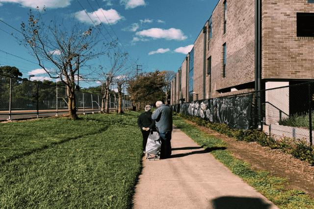 老人が2人で寄り添って歩いている