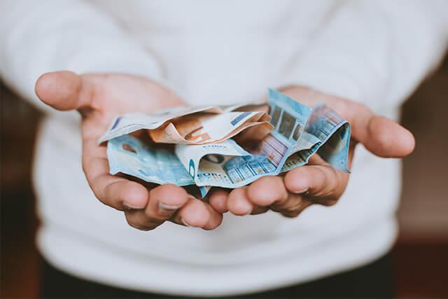 お金が手の上にある
